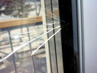 стекло в стеклопакете может самопроизвольно лопнуть от низких или высоких температур